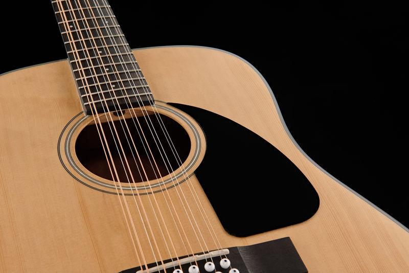 Двенадцатиструнная акустическая гитара